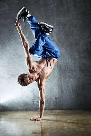 hombre fuerte: Joven hombre fuerte break dance.