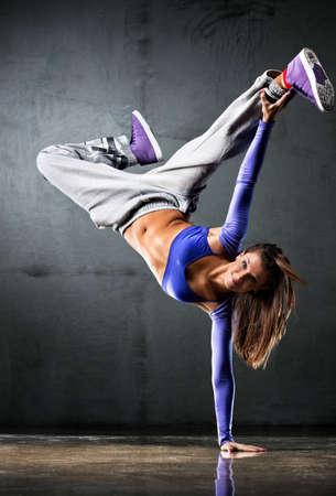 dance: Bailarina joven sobre fondo de pared.