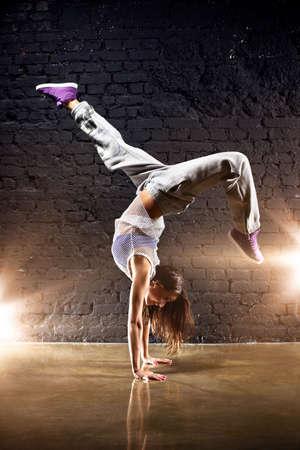 bailarinas: Bailarina joven sobre fondo de pared.