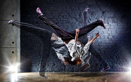 baile hip hop: Bailarina joven sobre fondo de pared.