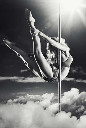 pole dance: Fantasia di giovani pole dance donna. Archivio Fotografico