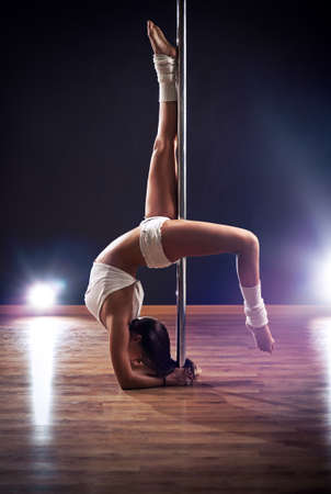 pole dance: Giovane donna sottile pole dance.