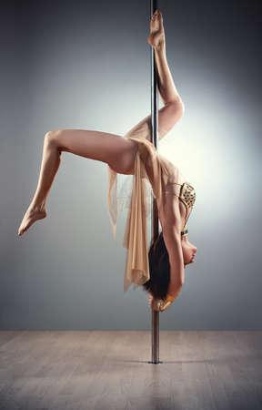 chicas bailando: Joven mujer sexy pole dance.