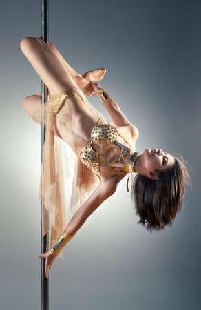 pole dance: Giovane donna sexy pole dance. Archivio Fotografico
