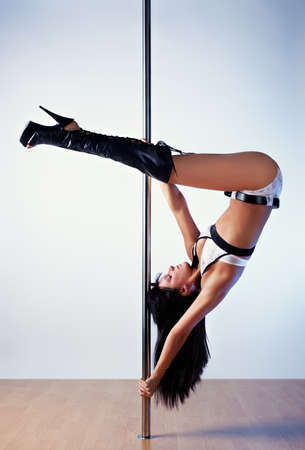 pole dance: Young slim pole danza donna