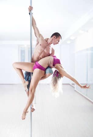 pareja bailando: El hombre y la mujer equipo de la danza del poste.