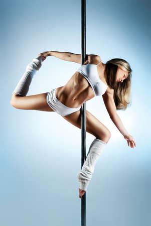 pole dance: Giovane sottile pole danza donna Archivio Fotografico