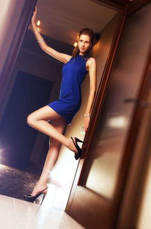 Young sexy schlanke Frau im blauen Kleid