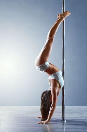 pole dancing: Jeune femme mince pole dance
