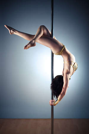 pole dancing: Jeune femme mince pole dance.