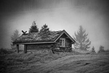 kabine: Altes traditionelles Haus in Norwegen nebligen Morgen