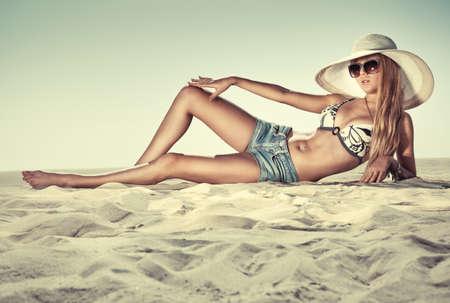 nue plage: Jeune femme mince sur la plage. Banque d'images