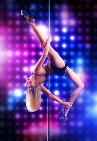 Jonge paal dans vrouw op achtergrond verlichting Stockfoto