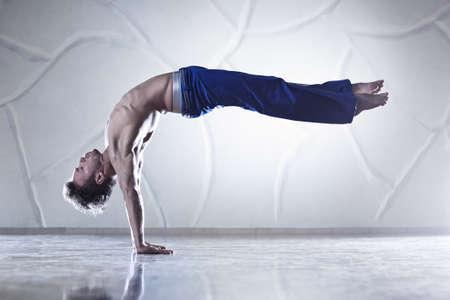 bailarin hombre: Jóvenes deportistas hombre ejerce sobre la pared de fondo