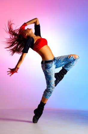 baile hip hop: Bailar�n de la mujer joven en el fondo azul y rosa Foto de archivo