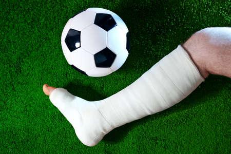 jambe cass�e: Joueur de football avec une jambe cass�e.