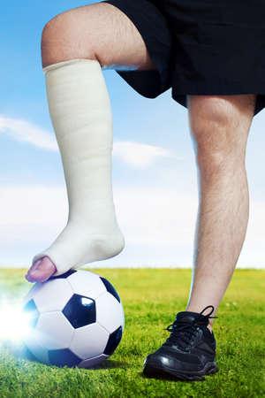 pierna rota: Jugador de fútbol con la pierna rota