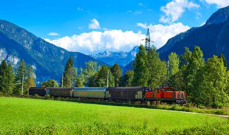Alpen bergen landschap met de trein. Stockfoto