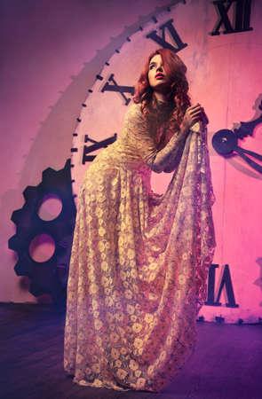 woman clock: Mujer joven de moda delgado en el fondo del reloj