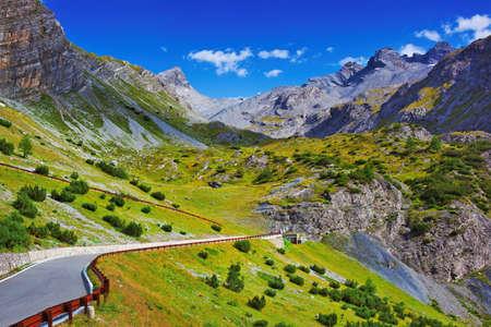 アルプス山脈の景色の道で 写真素材