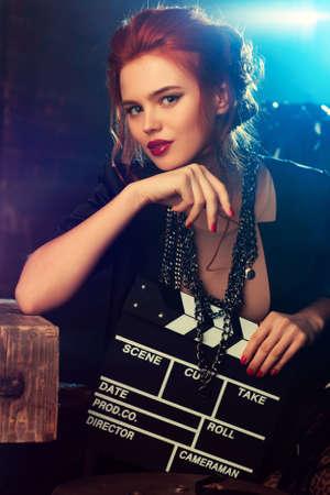 filmregisseur: Jonge vrouw filmregisseur portret