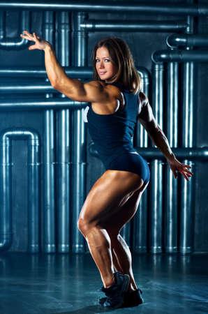 cuerpo femenino perfecto: Mujer joven de los deportes en la pared de fondo