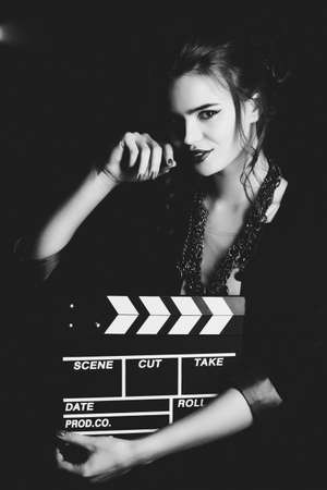 filmregisseur: Jonge vrouw filmregisseur portret Film stijl zwart en wit