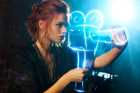 filmregisseur: Jonge vrouw filmregisseur met virtuele camera Stockfoto