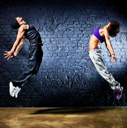 bailarin hombre: Pareja Joven bailarina saltando en el fondo de la pared