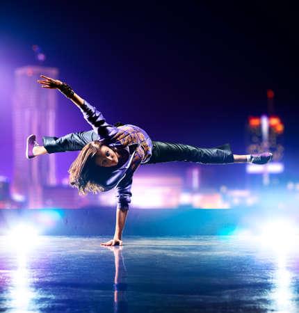 baile hip hop: Joven mujer bailando  Foto de archivo