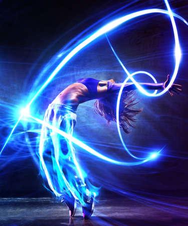 光の効果を持つ若い女性ダンサー 写真素材