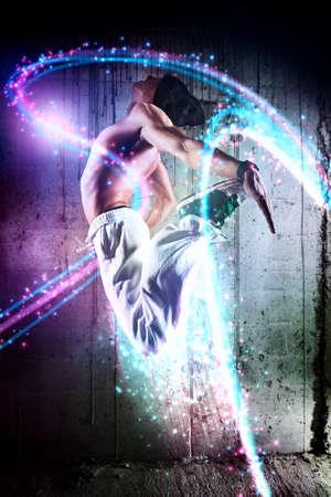 bailarin hombre: Bailarín del hombre joven que salta con efectos de luz Foto de archivo