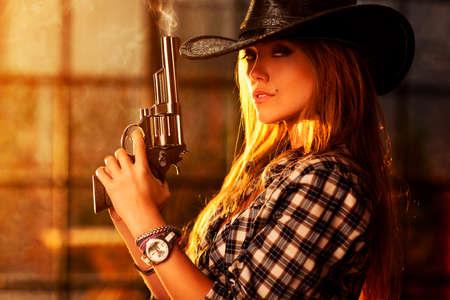 Jonge vrouw met pistool portret. Stockfoto