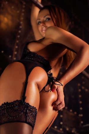 femme noire nue: Jeune femme sexy back main touchante et s�duisante recherche. Banque d'images