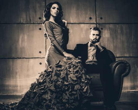 葡萄收穫期: 年輕優雅的情侶在晚禮服的畫像。復古電影風格的色彩。 版權商用圖片