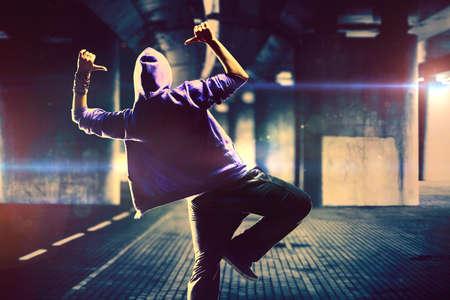 Joven bailarín de la mujer de hip-hop en el fondo urbano con efectos flare Foto de archivo