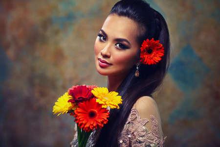 femme romantique: Jeune femme asiatique avec des fleurs portrait romantique