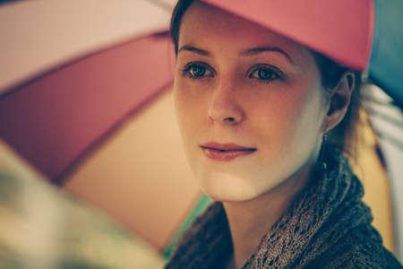 colores calidos: Retrato romántico de la mujer joven del otoño con el paraguas. estilo de cine clásicos colores cálidos efecto.