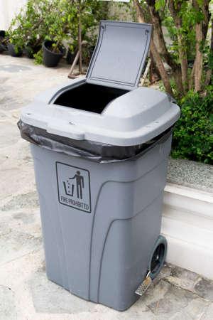 garbage bin: cubo de basura moderna