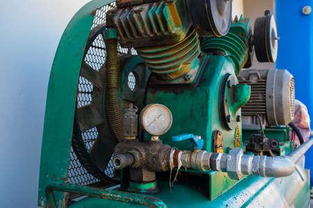 compresor: Compresor de aire de pistón utilizado en la fábrica  Compresor de aire