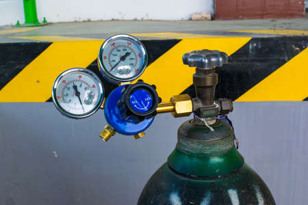 Oxygen cylinder pressure regulator gauge