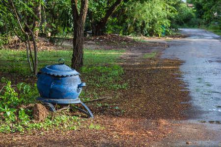 poubelle bleue: Bleu bin caoutchouc bord de la route, fond