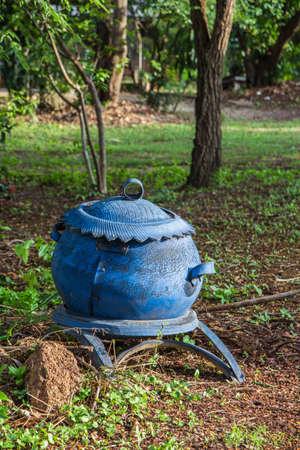 poubelle bleue: Bleu bin caoutchouc dans la nature
