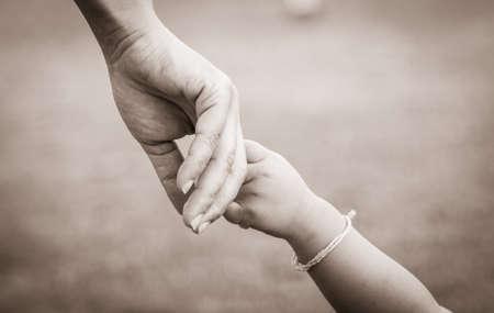 madre e hijos: manos de la madre y el niño Foto de archivo