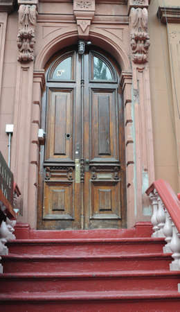 Wooden classical door of the shop Imagens