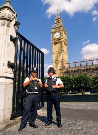 cease: DUE POLICEMANS, LONDON - 11 agosto pattuglia della polizia di fronte al Big Ben 11 agosto 2009 a Londra, Inghilterra