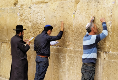 People praying in front of the Wailing Wall, Jerusalem, Israel 報道画像