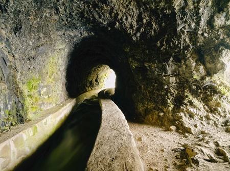 Nacientes de Marcos y Cordero - hermoso sendero en la isla de La Palma, pasando a lo largo de conducción de agua en la reserva natural Los Tilos, La Palma, Islas Canarias, España Foto de archivo - 21420322