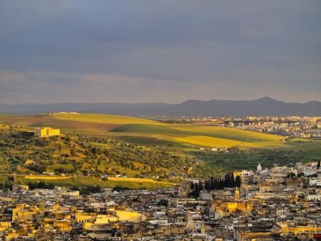 fez: Vista de la antigua medina de Fez durante la puesta de sol en Marruecos, �frica