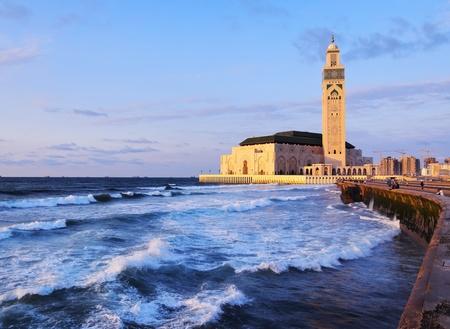 Hassan II moskee tijdens de zonsondergang in Casablanca, Marokko, Afrika